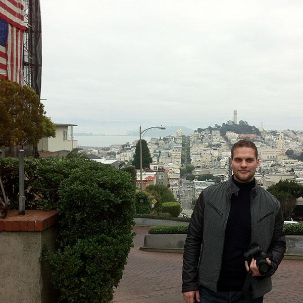 Julian har oprindeligt sin baggrund som human/celle biolog i den Amerikanske Biotech industri. Han boede og arbejdede i en lang periode i San Francisco.