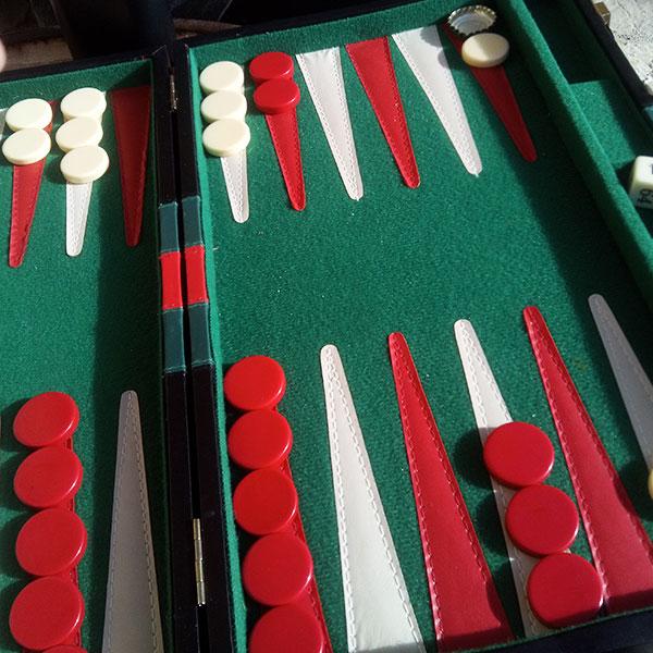 At slappe af med et slag backgammon er ikke skidt