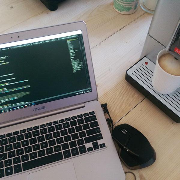 Computer og kaffe har i mange år været det der drev værket - nu er det at se kundernes forretninger vokse.