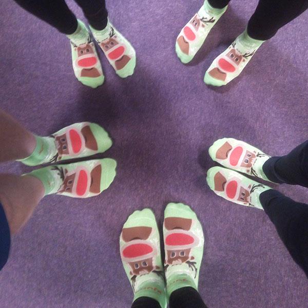 Der skal være plads til sjov - og det er der bestemt også. Her er et billede af vores flotte sokker fra årets julefrokost, den blev skudt igang med trampolin spring for alle :-D