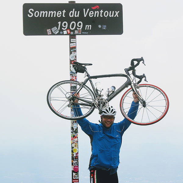 I sommeren 2017 cyklede Julian de 1909 meter op til toppen af Mount Ventouc
