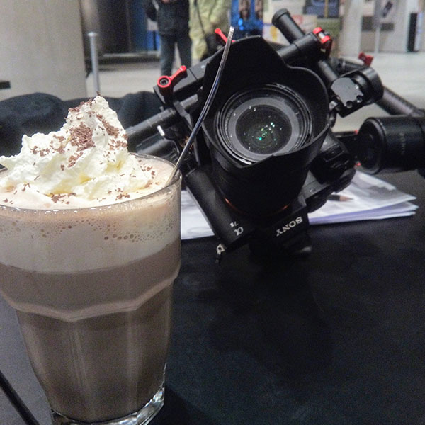 Mange af de film du måske har set på Youtube eller Facebook er alle optaget et par kolde vinterdage i København. Det betød at der under optagelserne tit var brug for varm kakao og kaffe til hele holdet.