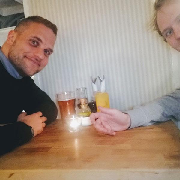 Julian er manden der hos Intelligo Denmark ApS indpisker åben vidensdeling - det er også noget han er meget glad for at gøre med eksterne samarbejdspartnere, her Martin Bjørnskov.